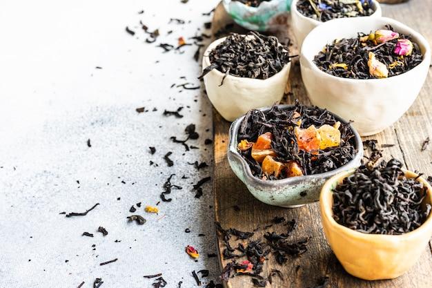 Varietà di tè su pietra Foto Premium