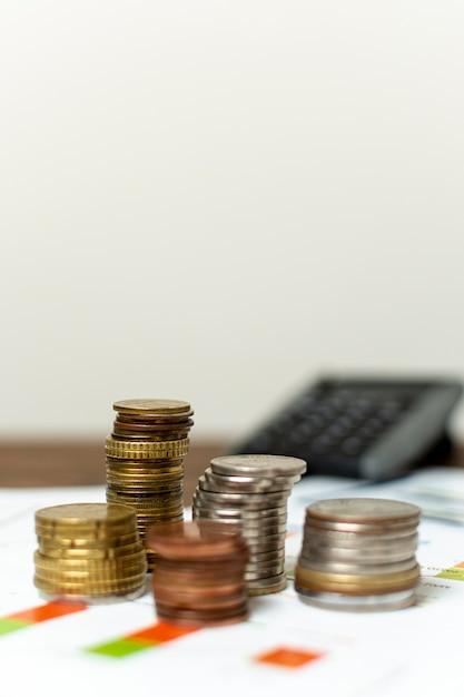 Varietà di vista frontale di monete e sfondo sfocato Foto Gratuite