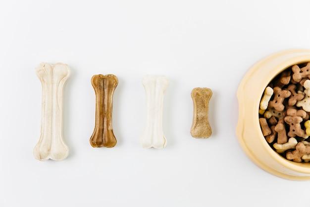 Vario cibo per animali sulla superficie bianca Foto Gratuite