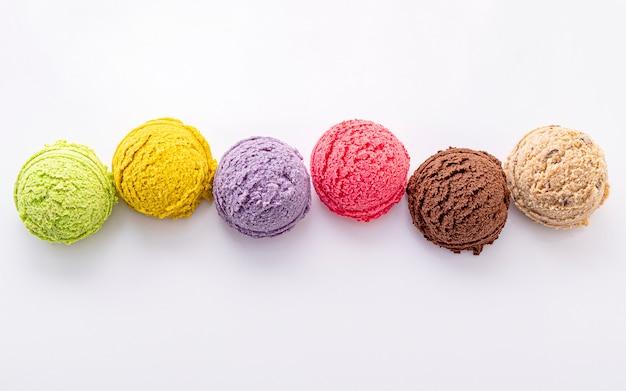 Vario dell'isolato della palla di sapore del gelato su fondo bianco. Foto Premium