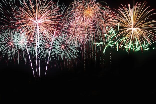 Variopinto dei fuochi d'artificio nel festival del nuovo anno di festa sul cielo nero. Foto Premium