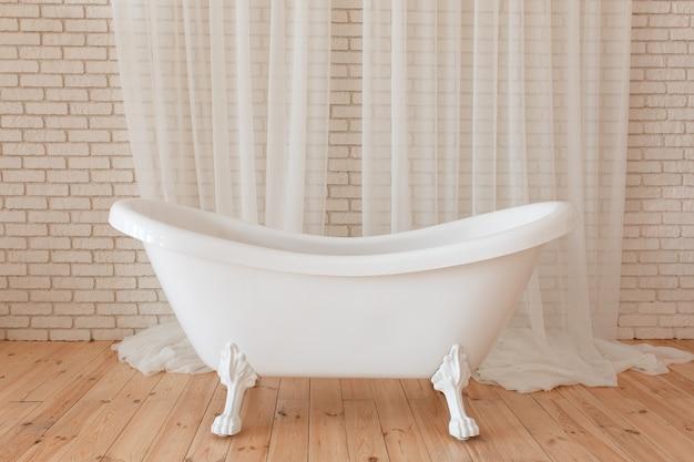Vasca Da Bagno Bassa : Vasca da bagno dellannata di lusso sulla priorità bassa bianca del