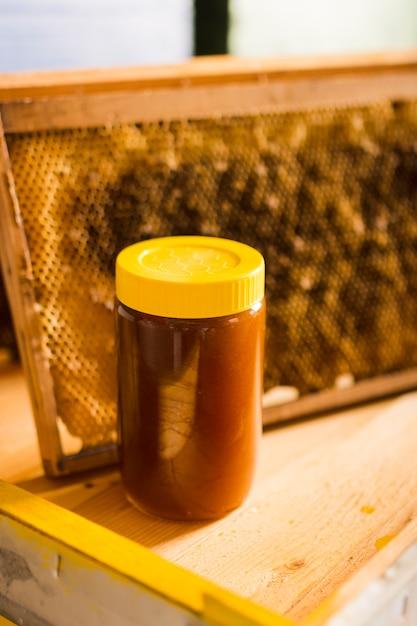Vasetto di miele con coperchio giallo Foto Gratuite