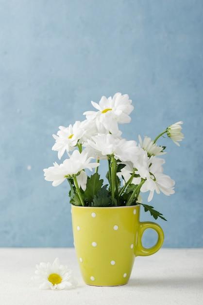 Vaso colorato con bouquet di fiori Foto Gratuite