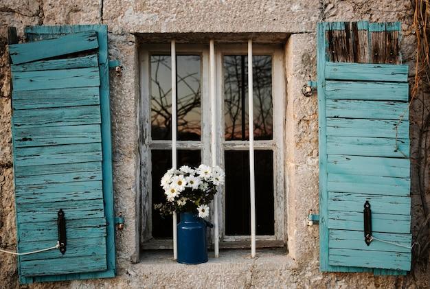 Vaso con fiori di primavera all'aperto Foto Gratuite