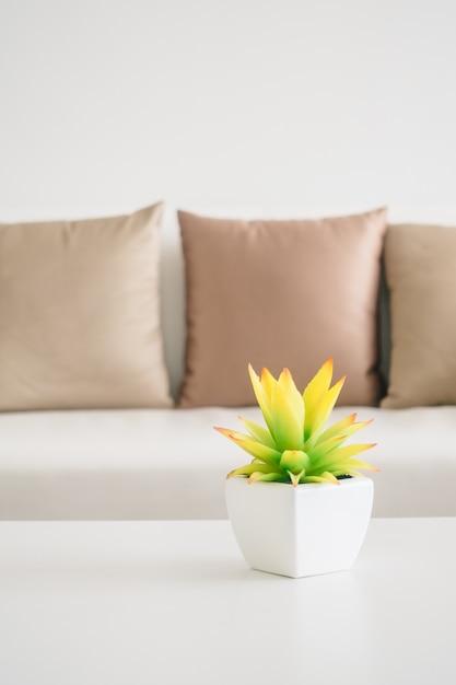 Vaso di fiori sul tavolo Foto Gratuite