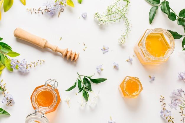 Vaso di miele con vista dall'alto Foto Gratuite