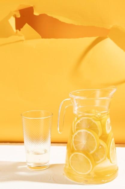 Vaso di primo piano con fette di limonata Foto Gratuite