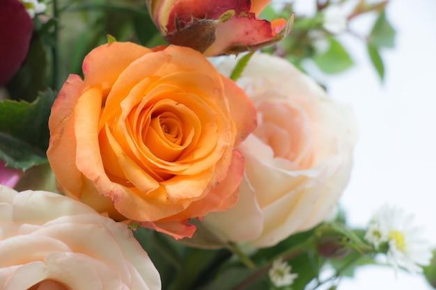 Vaso di rose bouquet, bel fiore rosa in vetro sul concetto di san valentino Foto Premium