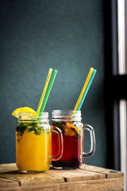 Vaso di tendenza in vetro con succo di frutta e frutta Foto Premium