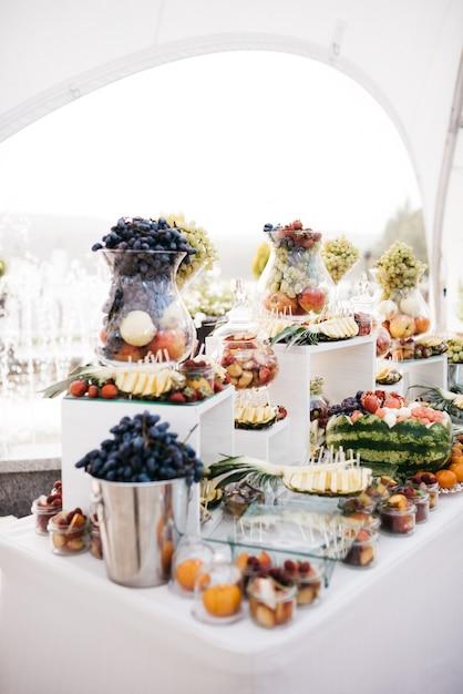 Vaso di vetro con uva in tavola con frutta scaricare for Uva fragola in vaso