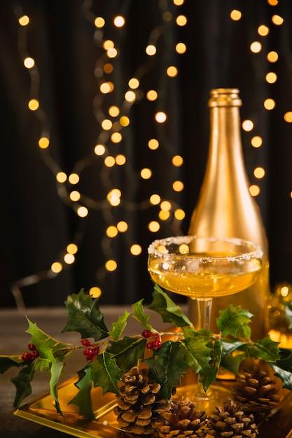 Vassoio alto angolo con bicchiere con champagne Foto Gratuite