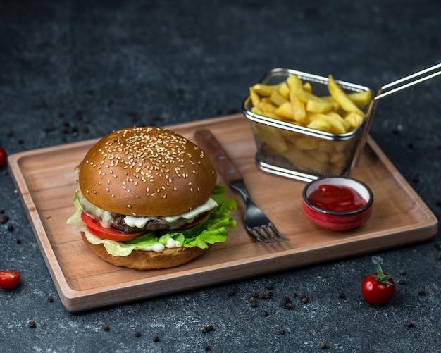 Vassoio con menu di hamburger e patate. Foto Gratuite