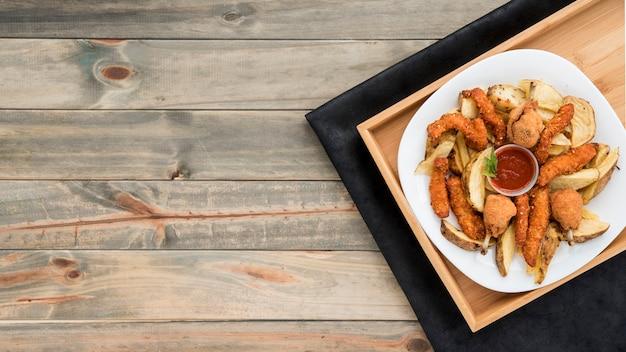Vassoio con pollo arrosto e patate Foto Gratuite