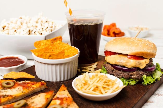 Vassoio degli alimenti industriali sulla tavola bianca Foto Gratuite