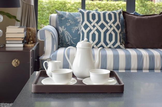 Vassoio della tazza di tè sulla tavola di legno in salone di lusso a casa Foto Premium