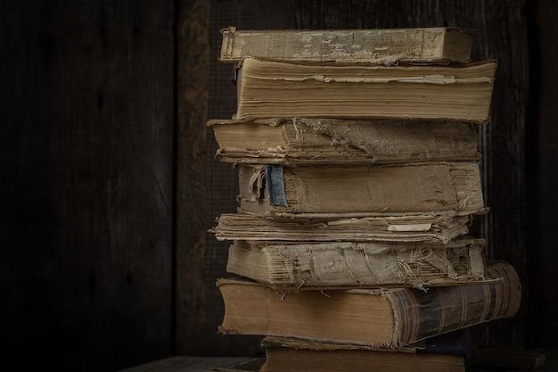Vecchi libri d'annata sullo scrittorio di legno. stile retrò Foto Premium