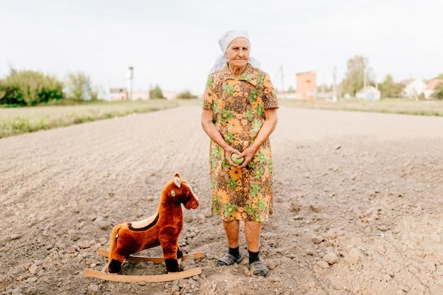 Vecchi ricordi d'infanzia della donna felice del passato Foto Premium