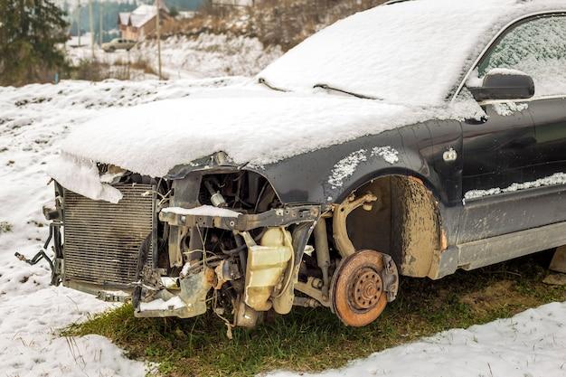 Vecchia automobile rotta arrugginita abbandonata. Foto Premium