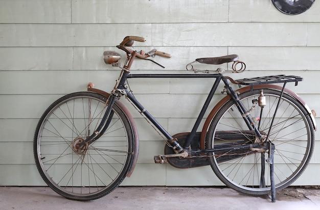 Vecchia Bicicletta Antica Sullo Sfondo Di Una Parete Di Legno Grigia