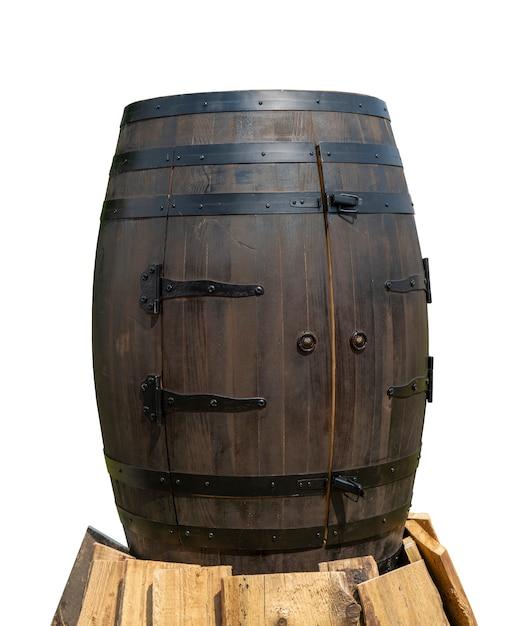 Vecchia botte di legno con cerchi di ferro. Foto Premium