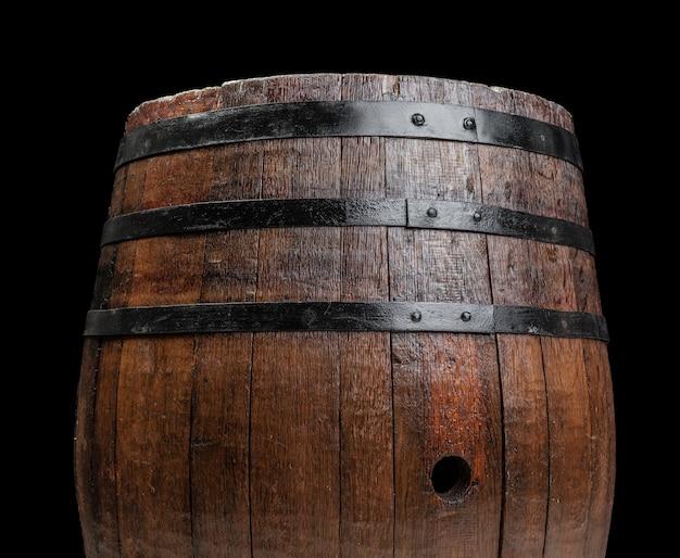 Vecchia botte di legno su uno sfondo scuro Foto Premium