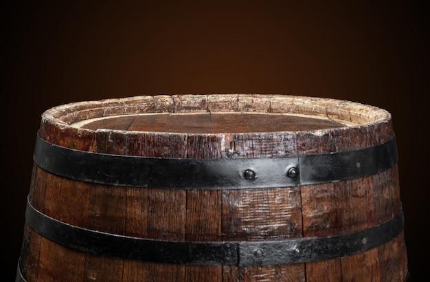 Vecchia botte di legno sul buio Foto Premium