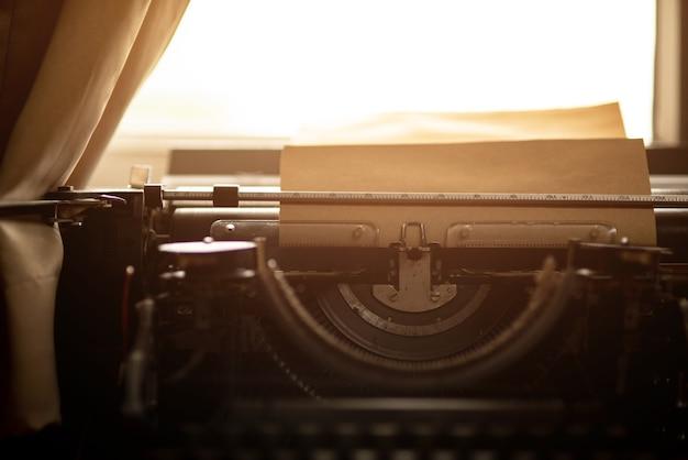 Vecchia carta marrone e macchina da scrivere d'epoca. Foto Premium