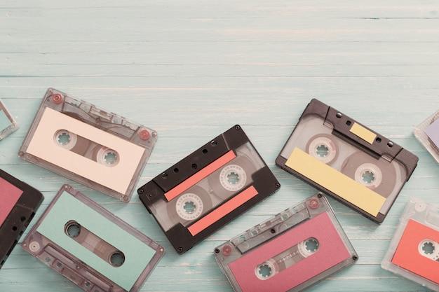 Vecchia cassetta di plastica su fondo di legno. concetto di musica retrò Foto Premium
