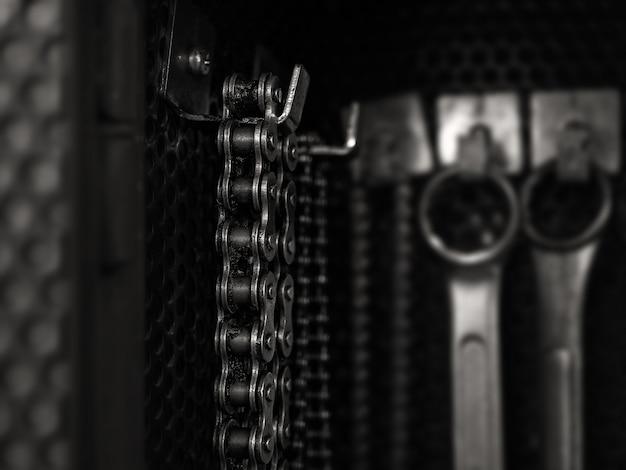 Vecchia catena sporca che appende sulla scheda dell'attrezzo Foto Premium