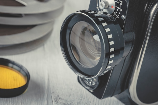 Vecchia cinepresa e bobina cinematografica Foto Premium