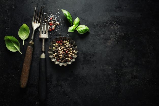 Vecchia coltelleria rustica d'annata su buio Foto Premium