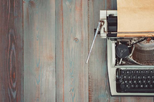 Vecchia macchina da scrivere con carta Foto Premium
