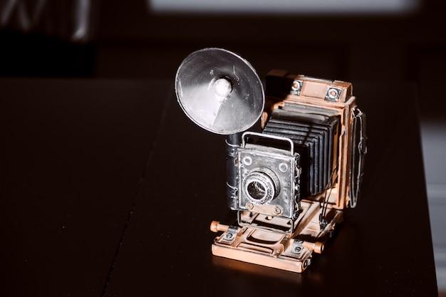 Vecchia macchina fotografica su stile di legno dell'annata della tavola Foto Premium