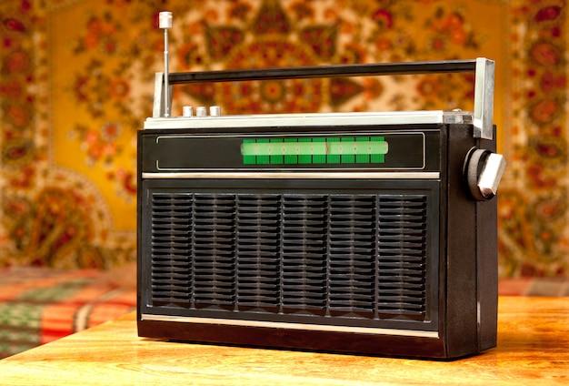 Vecchia radio impostata sullo sfondo dell'interno sovietico. Foto Premium