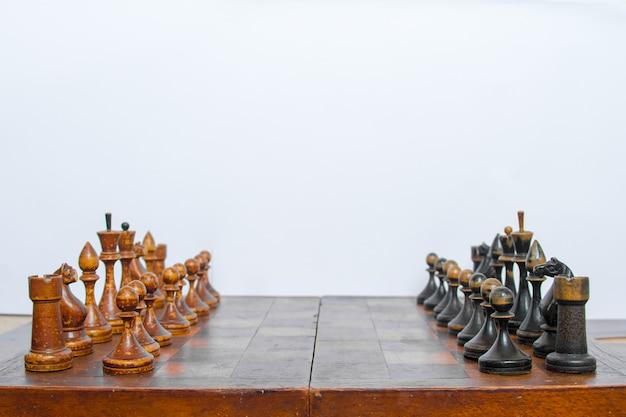Vecchia scacchiera con pezzi di legno. Foto Premium