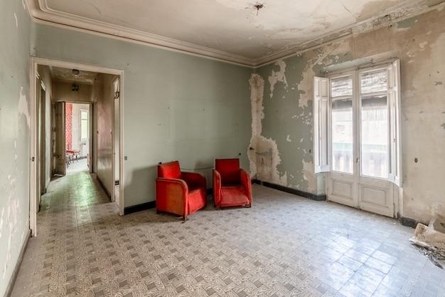 Vecchia stanza vuota con divani rossi Foto Premium