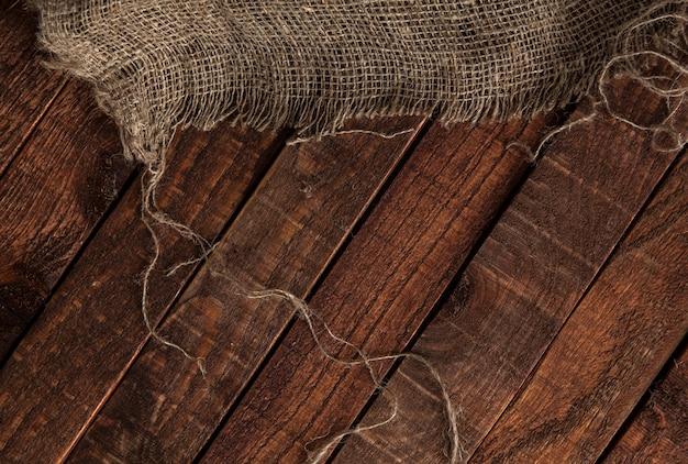 Vecchia struttura della iuta sul fondo di legno della tavola Foto Premium