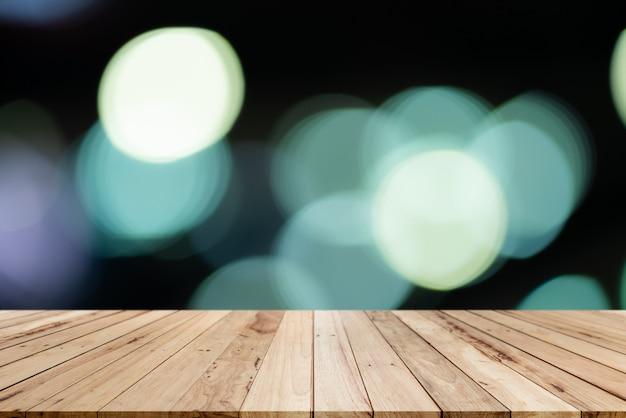 Vecchia tavola di legno dello scaffale con il fondo del bokeh della sfuocatura Foto Premium