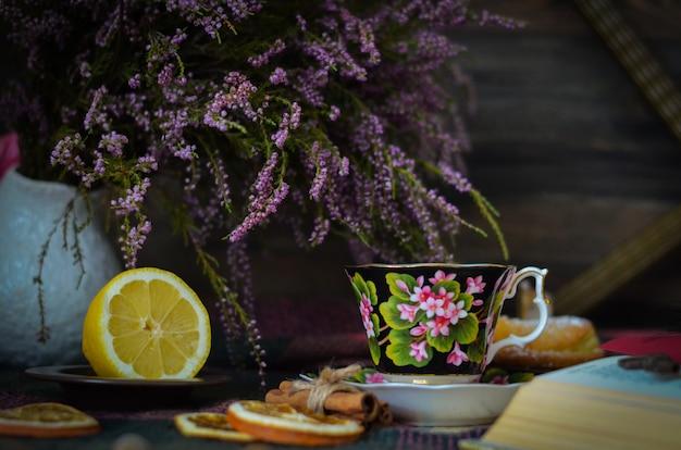 Vecchia tazza di tè d'annata su fondo rustico di legno Foto Premium
