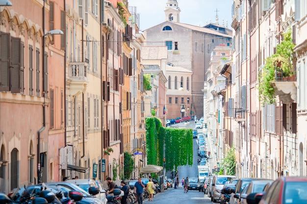 Vecchie belle strade vuote con automobili a roma, italia. Foto Premium