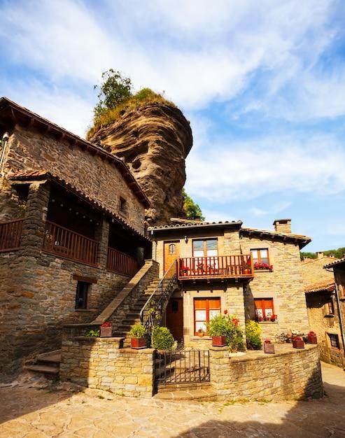 Vecchie case pittoresche nel borgo medievale catalano Foto Gratuite