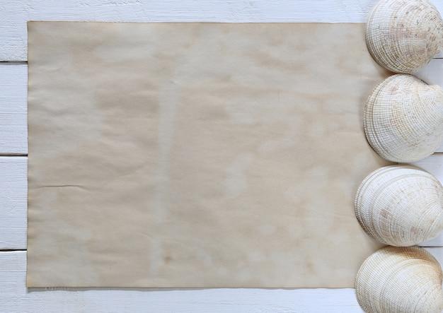 Legno Bianco Vintage : Vecchie conchiglie e carta marrone vintage su un pavimento di