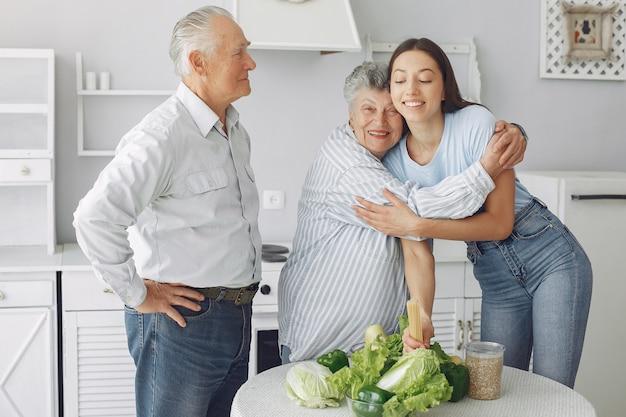 Vecchie coppie in una cucina con la giovane nipote Foto Gratuite