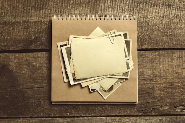 Vecchie foto sul tavolo di legno Foto Premium