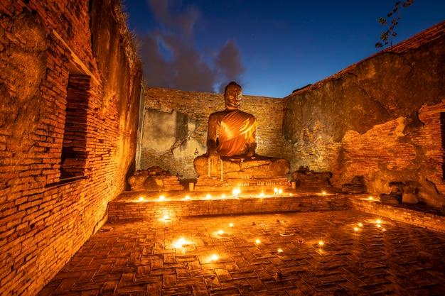 Vecchie immagini di buddha alle vecchie tempie, parco storico nella provincia di phra nakhon si ayutthaya, thailandia Foto Premium
