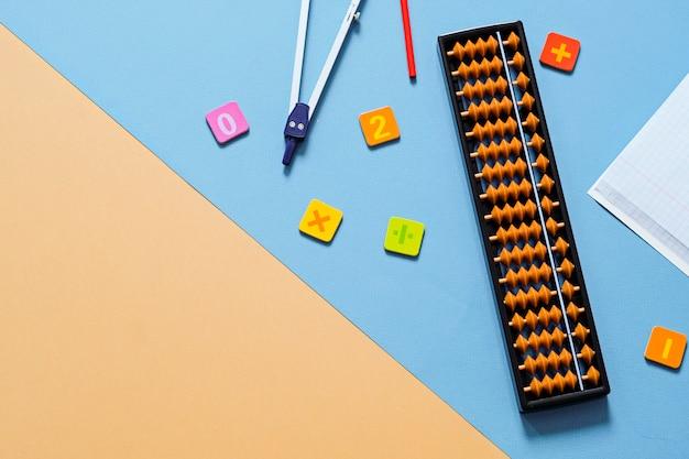 Vecchio abaco con materiale scolastico, disegno bussola. matematica mentale, concetto di matematica. Foto Premium