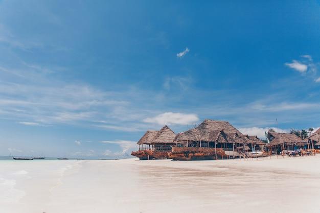 Vecchio bungalow tropicale in legno sulla spiaggia Foto Premium