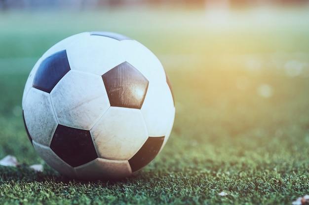Vecchio calcio nel campo di erba artificiale verde - calcio o calcio gioco di sport Foto Gratuite