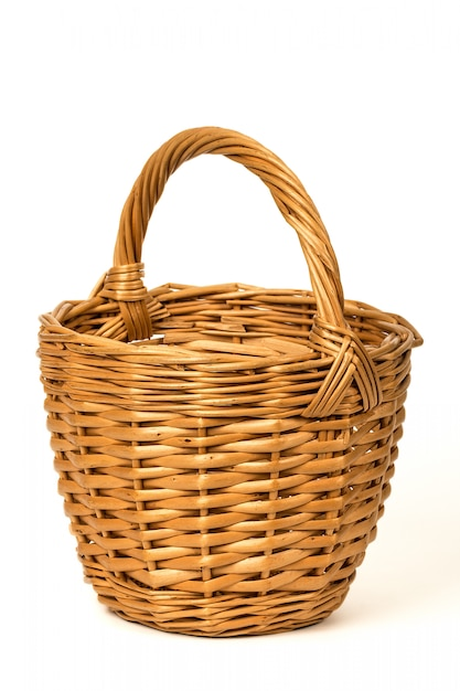 Vecchio cestino di vimini su un bianco Foto Premium